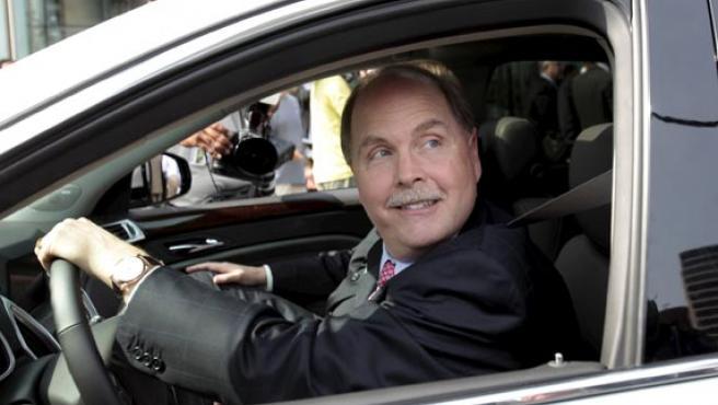El presidente de General Motors, Fritz Henderson, conduce un Cadillac SRX tras la rueda de prensa en la sede de la compañía, en Detroit.