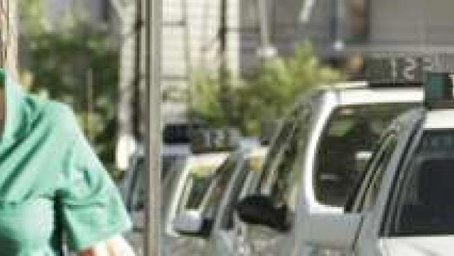 Cola de taxis junto a la estación de Santa Justa.