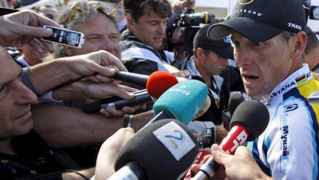 Lance Armstrong atiende a los medios.