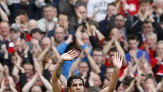 Carlos Tévez saluda al público de Old Trafford.