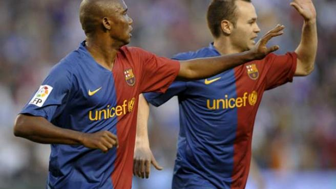 Samuel Eto'o y Andrés Iniesta celebran el gol del camerunés para el Barcelona.