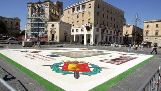 Un escudo de la ciudad se mostró ayer en la plaza de la ciudad italiana.