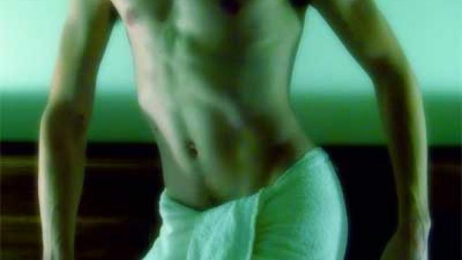 Imagen de un cuerpo de hombre cubierto por una toalla.