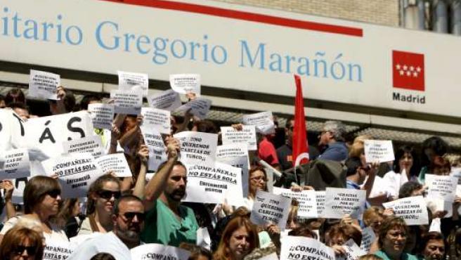 Un momento de la concentración ante el Hospital Gregorio Marañón.