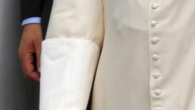 Imagen del vendaje en la mano derecha de Benedicto XVI después de ser operado de una fractura de muñeca.