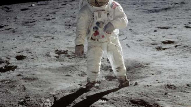 Esta fotografía de Aldrin caminando sobre la superficie lunar ha sido una de las más analizadas por los 'apoloescépticos'.