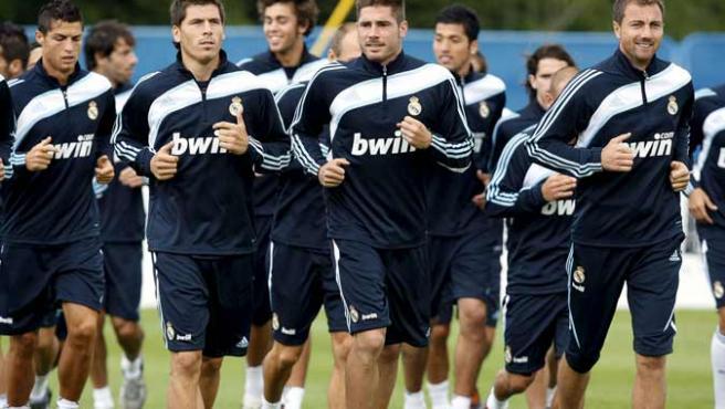 Cristiano Ronaldo (izq), Jerzey Dudek (dcha) y Javi García (centro), durante un entrenamiento con otros compañeros del Real Madrid.