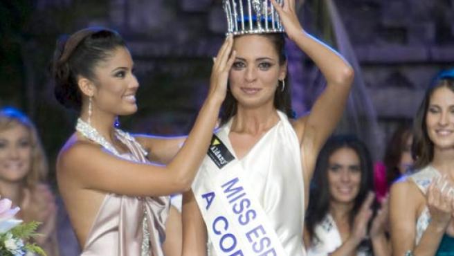 La corona de diamantes, sostenida por la nueva Miss España, Estíbaliz Pereira.