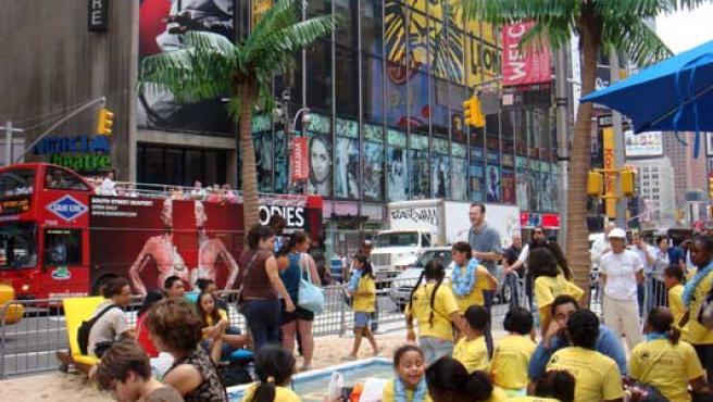 Un oasis con arena, palmeras y una piscina, montado por Nintendo en Times Square.