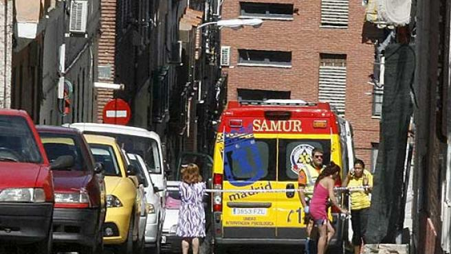 Una ambulancia, frente a la casa de la víctima.