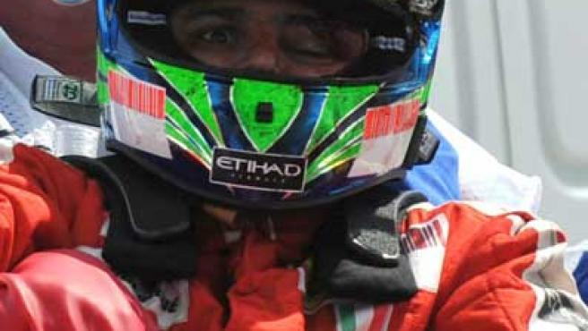 Felipe Massa es sacado de su coche tras sufrir un accidente y recibir el impacto de un objeto en la cabeza