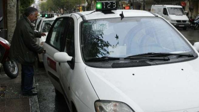 Un usuario coge un taxi.