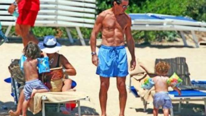 José María Aznar luce musculatura en las playas de Cerdeña.