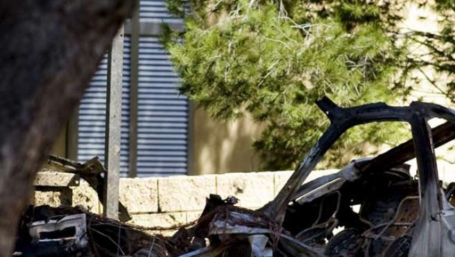 Vista del coche patrulla en el que viajaban los dos guardias civiles que han muerto en el atentado de ETA en Calviá, Mallorca.