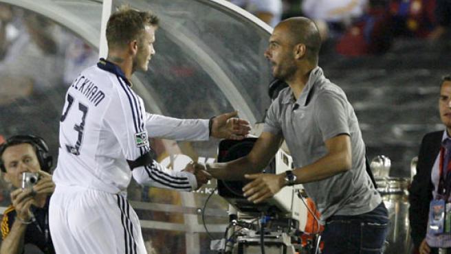 David Beckham saluda a Pep Guardiola durante el partido que enfrentó a F. C. Barcelona y Los Angeles Galaxy.