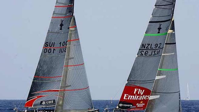 El Team New Zealand y el Alinghi, en plena regata. (Efe)