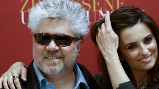 El director Pedro Almodóvar y la actriz Penélope Cruz posan durante el photocall de Los abrazos rotos en Berlín.