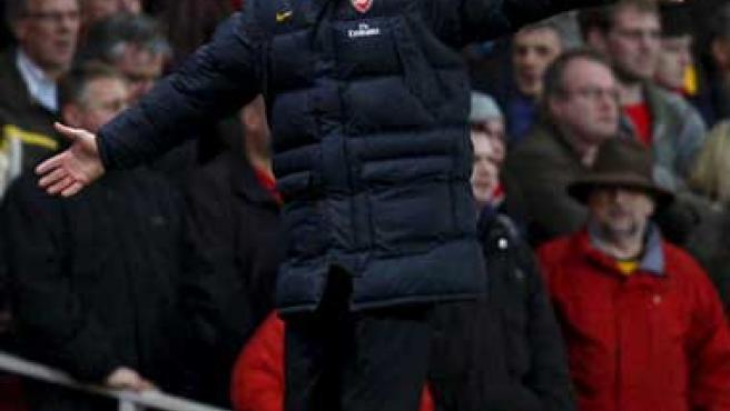 Wenger, dando instrucciones desde la banda.