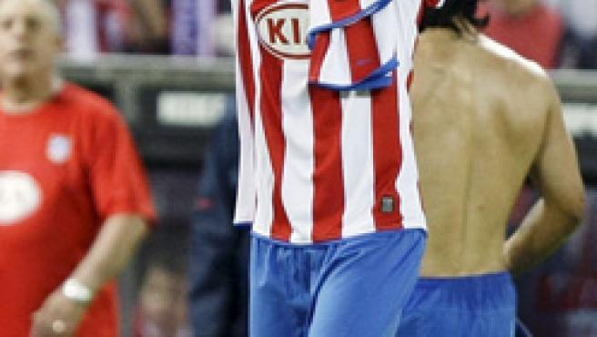 Diego Forlán aplaude al Vicente Calderón.
