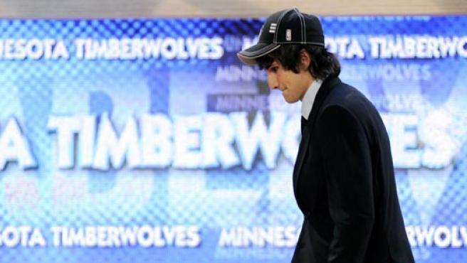 Ricky Rubio sube al escenario tras ser escogido por los Timberwolves, en el Madison Square Garden de Nueva York.