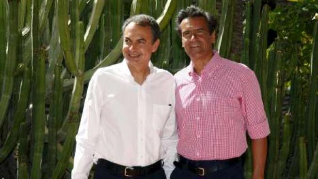 El presidente del Gobierno, José Luis Rodríguez Zapatero, y el secretario general de los socialistas canarios, Fernando López Aguilar, en Lanzarote.