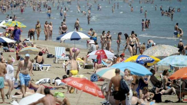 Los bañistas disfrutan de un día de playa.