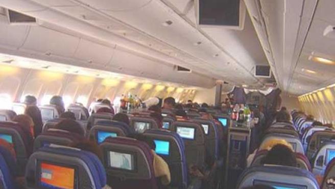 Pasajeros de un avión, en pleno vuelo.