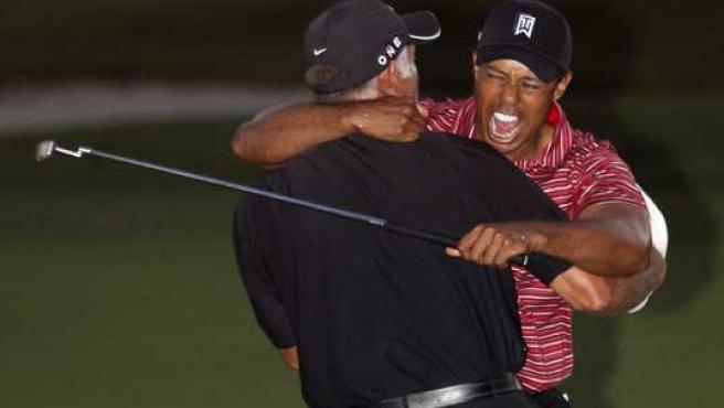 Woods abraza a su caddie