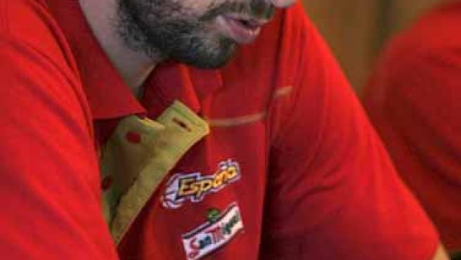 Pau Gasol se mira con preocupación su dedo recién operado.