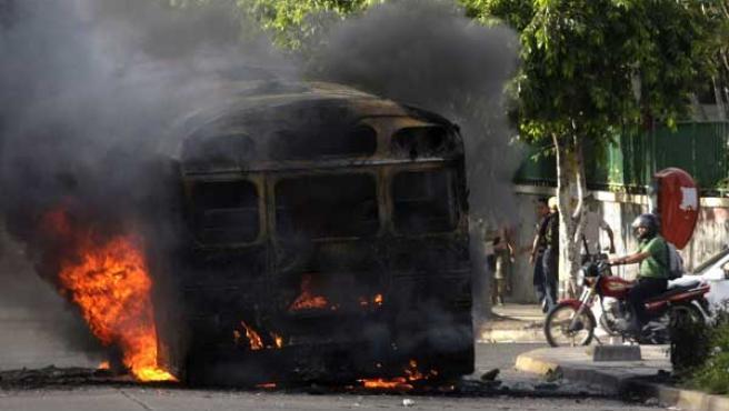 Un autobús arde en las calles de Tegucigalpa (Honduras) tras las protestas por el golpe de Estado.