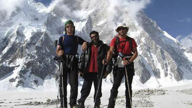 Foto reciente del alpinista Óscar Pérez junto a dos compañeros de escalada en la cordillera del Karakorum.