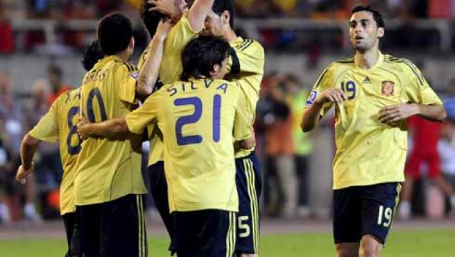 Riera celebra con sus compañeros de la selección española de fútbol su gol, dedicado a Jarque.