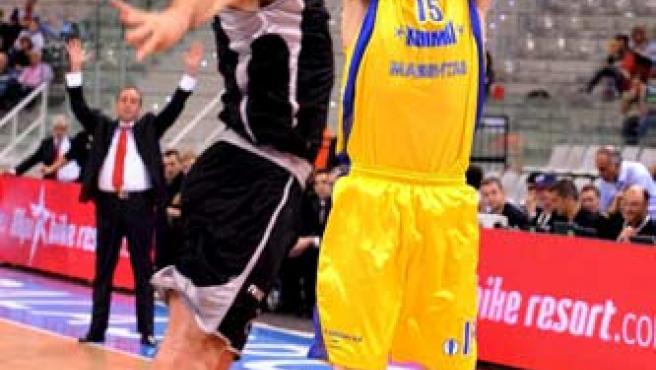 Jorge Garbajosa, con la camiseta del Khimki, defendido por Marko Banic, del iurbentia.
