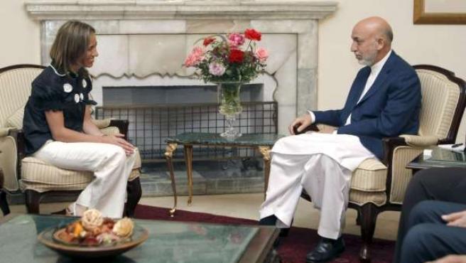La ministra de Defensa, Carme Chacón, junto al presidente de Afganistán, Hamid Karzai.