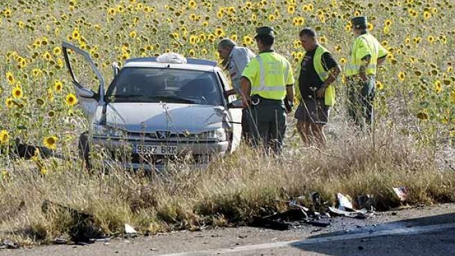 Miembros de la Guardia Civil junto a uno de los vehículos implicados en el accidente de Medina de Rioseco.