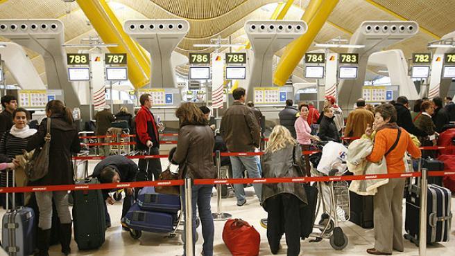 Viajeros esperando para embarcar en la T4 de Barajas