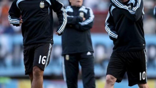 Agüero y Messi, bajo la atenta mirada de Maradona, en un entrenamiento de la selección argentina.