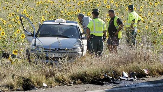 La Guardia Civil inspecciona el vehículo del accidente en Rioseco, Valladolid.