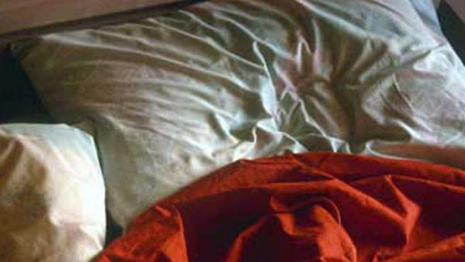 El hombre dice que se ha 'enamorado' de su almohada.