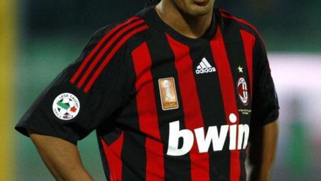 Ronaldinho con la camiseta del Milan.