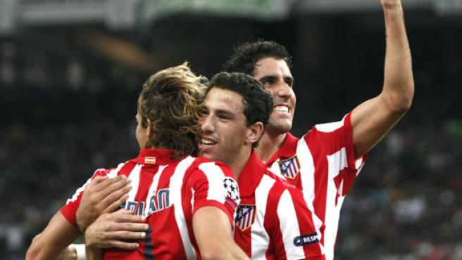 Raul Garcia (d) Maxi Rodriguez (c) y Diego Forlan celebran uno de los goles del Atlético de Madrid ante el Panathinaikos.