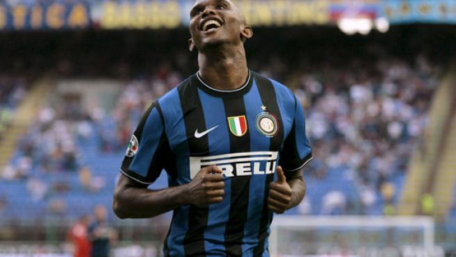 El interista Samuel Eto'o celebra su primer tanto en Italia.