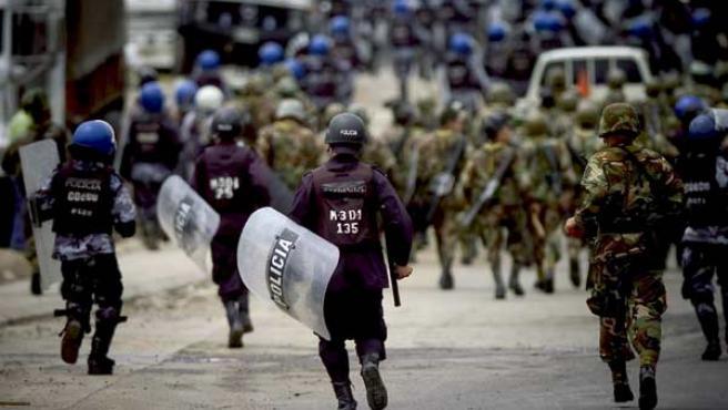 Policías y militares, durante un desalojo de los seguidores de Zelaya en una carretera de Honduras.