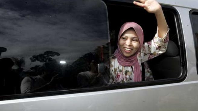 Kartika Sari Dewi Shukarno, en el vehículo que la trasladó a su casa.