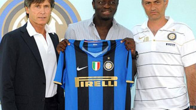 El día de la opresentación de Sulley Muntari en el Inter, con su entenador, José Mourinho (dcha) y el director del club, Gabriele Oriali (izq.).