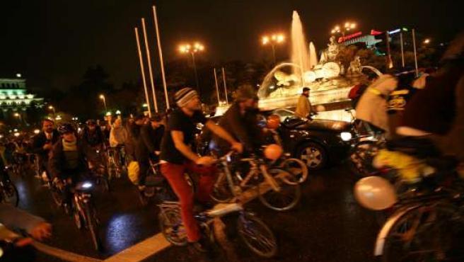 Decenas de ciclistas pedalean por la madrileña plaza de Cibeles en una convocatoria anterior de Bici Crítica.