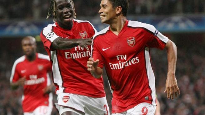 El jugador brasileño del Arsenal Eduardo (d) celebra con su compañero francés Bacary Sagna el gol conseguido contra el Celtic.