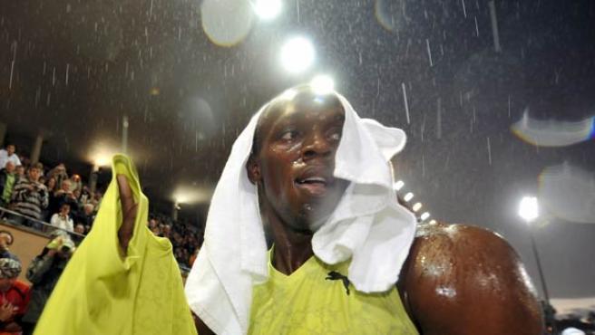 El atleta jamaicano Usain Bolt celebra su victoria en la carrera de los 200 metros masculinos en la reunión de Lausana (Suiza).