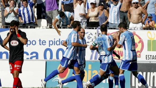 El Málaga celebra el primer gol.