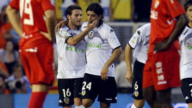 Juan Mata (i) felicita a su compañero Éver Banega tras su pase de gol a Pablo Hernández.